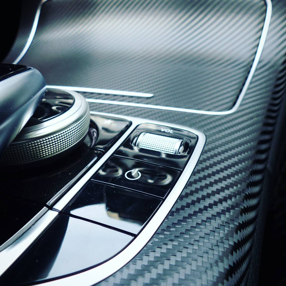 It's all about the details. I wrapped this Mercedes Benz C-Class center console with a 3D carbon vinyl film. Die Details bringen den Unterschied. Ich habe die Mittelkonsole einer Mercedes Benz C-Klasse mit einer 3D-Carbonfolie versehen.