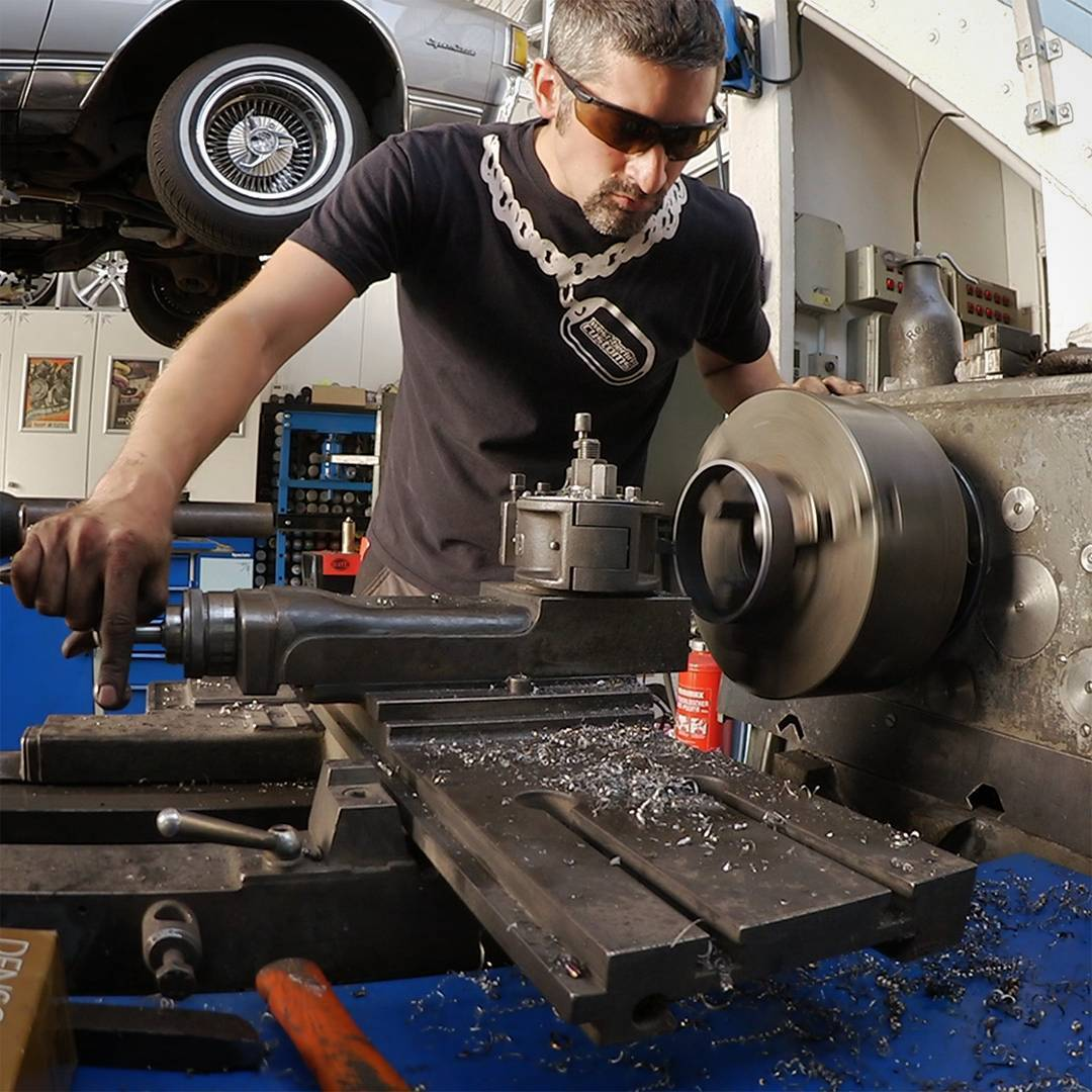 Some progress on the Chevy Caprice Airride Project. I built all the rear brackets by myself using a lathe, drills, a welder, some steel-plates and -pipes. I can't wait to drop the car for the first time. ☝️?? /// Das Caprice Airride Projekt macht Fortschritte. Die hinteren Balgaufnahmen sind fertig. Alle Teile für diese Prototypen wurden selbst angefertigt. Ich kann es kaum abwarten, den reisen Ami das erste mal auf den Boden zu legen. ☝️??