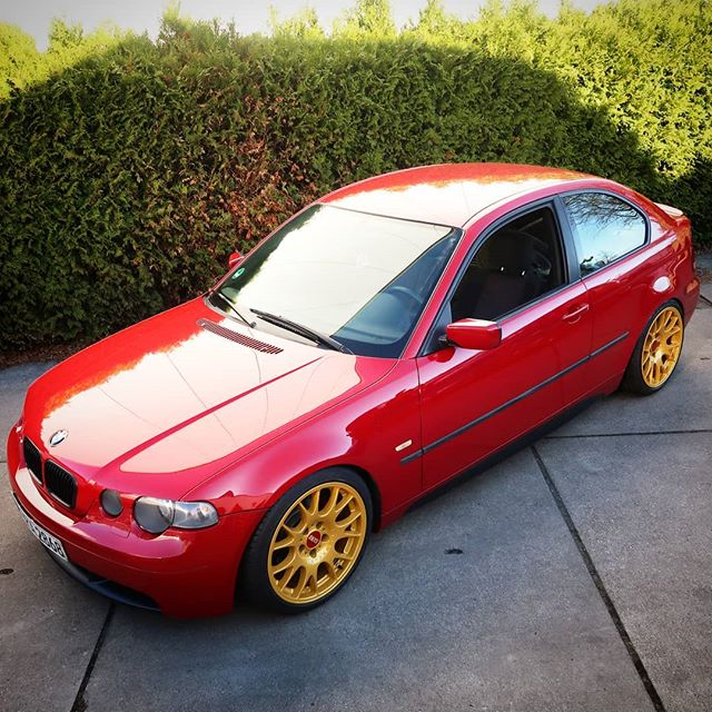 "I rolled some fenders to give a set of 18x10inch wheels enough room on the rear of a BMW E46 Compact. The owner decided to go ""red and gold"" – and this looks very well on four wheels, too"