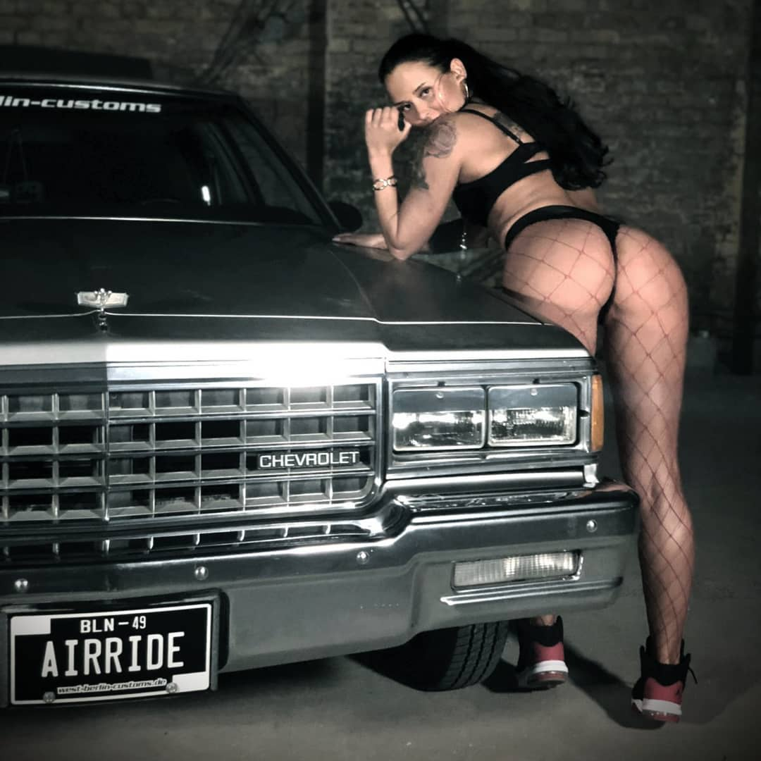 🇺🇸 Love my Ride! 🖤 (The big one, not the one giving a big one! 😁) Big shout out to @ms.booty3 for Pro-Posing! // 🇩🇪 P(R)O-Posing zusammen mit meinem Lowrider. Vielen Dank an @ms.booty3 – war ne runde Sache, EazyE wäre stolz